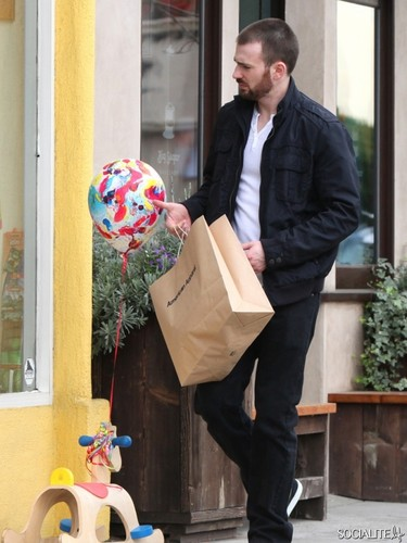 Chris Evans Shops At American Apparel In Studio City