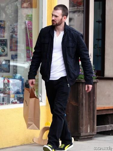 Chris Evans Shops At American Apparel In Studio City