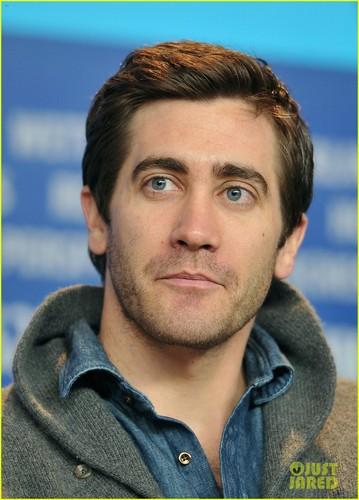 জ্যাক গেলেনহ্যাল দেওয়ালপত্র possibly with a portrait entitled Jake Gyllenhaal: Berlin Film Festival Jury ছবি Call!