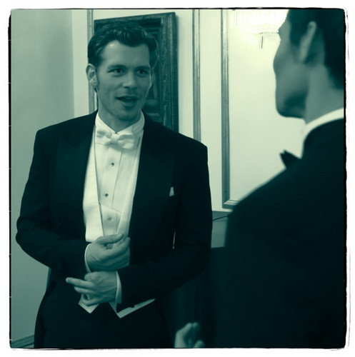 Maonyesho ya Televisheni ya Vampire Diaries karatasi la kupamba ukuta containing a business suit, a suit, and a single breasted suit titled Klaus puts on his finest for the ball. 3x14