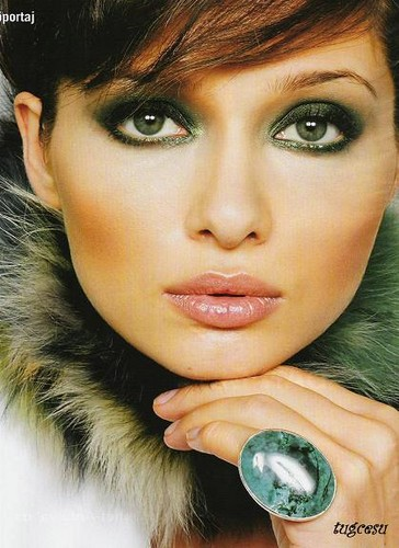 Turkish Actress Nurgul Yesilcay's Green Smokey Eye Makeup
