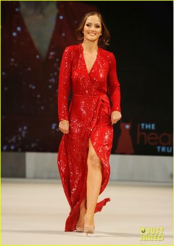 Minka Kelly: herz Truth's Red Dress Fashion Show!