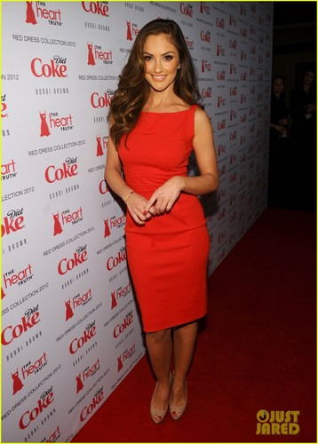 Minka Kelly: coração Truth's Red Dress Fashion Show!