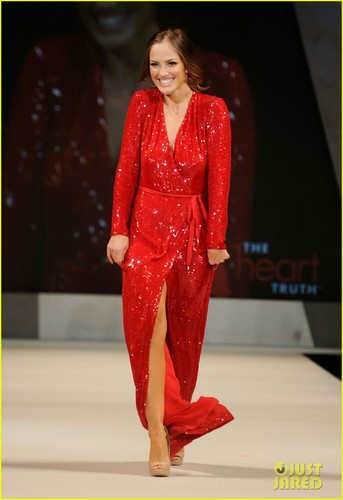 Minka Kelly: cœur, coeur Truth's Red Dress Fashion Show!