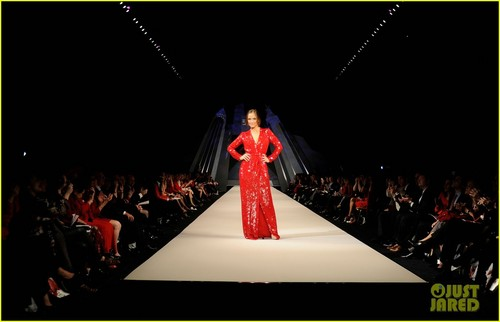 Minka Kelly: сердце Truth's Red Dress Fashion Show!