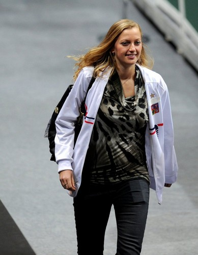 Petra Kvitova : This シャツ is too accented her big belly !