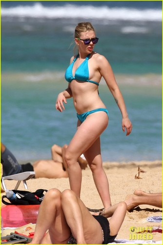 Scarlett Johansson wallpaper probably containing a bikini entitled Scarlett Johansson: Bikini Beach Kisses!