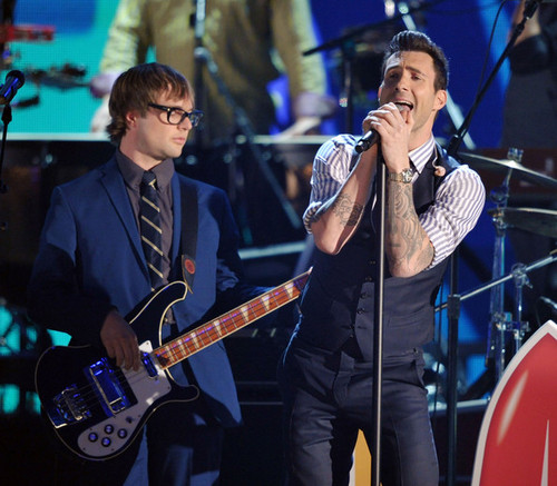 Adam Levine @ the 54th Annual GRAMMY Awards - Zeigen