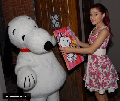 Ariana Grande - Twitter Valentine's 日 with スヌーピー
