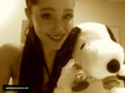 Ariana Grande - Twitter Valentine's दिन with स्नूपी