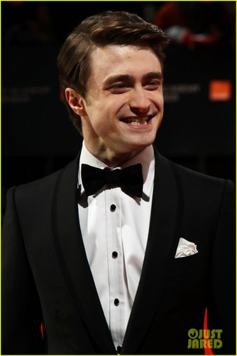 daniel radcliffe fondo de pantalla possibly with a business suit, a dress suit, and a suit titled Daniel Radcliffe - BAFTAs 2012 Red Carpet