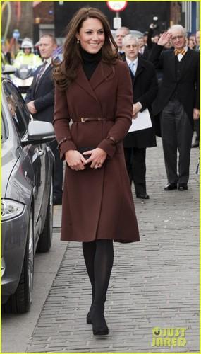 Duchess Kate: Liverpool Visit on Valentine's 일