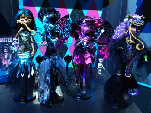 Monster High پیپر وال possibly containing a bouquet called Ghouls Rule Dolls