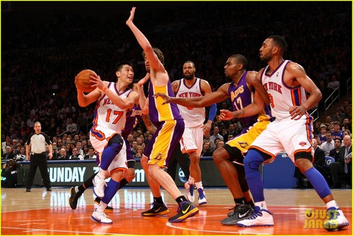 Basketball wallpaper containing a basketball player, a basketball, and a dribbler entitled Jeremy Lin: LINsanity Beating Kobe Bryant!