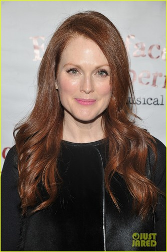 Julianne Moore wallpaper with a portrait called Julianne Moore: 'Freckleface' Mamarazzi Performance!