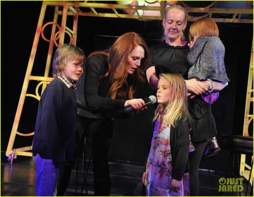 Julianne Moore: 'Freckleface' Mamarazzi Performance!