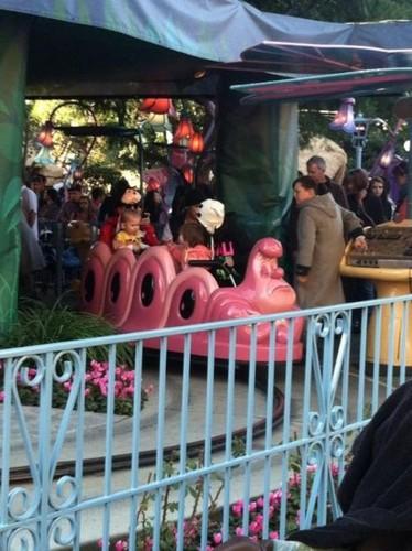 Justin Bieber & Selena in Disneyland Valentines ngày