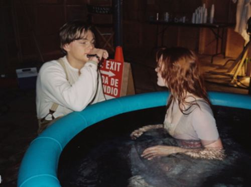 Titanic karatasi la kupamba ukuta with a hot tub called On Set