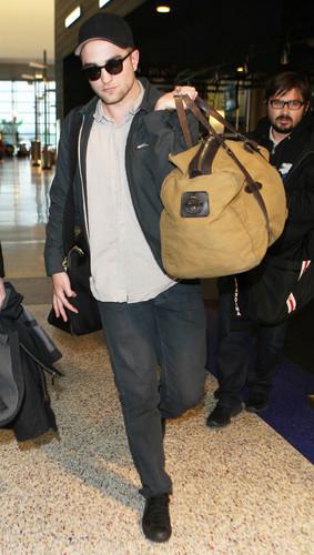 Robert pattinson in LAX airport 5th feb.2012