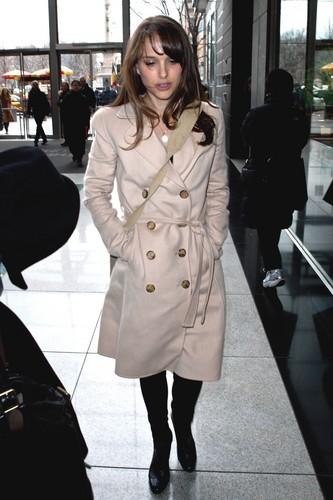 Strolling after a fashion Zeigen during Mercedes-Benz Fashion Week, NYC (February 14th 2012) > New Add