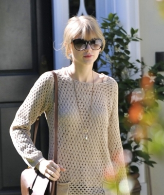 Taylor Swift wallpaper with sunglasses entitled 16.02 - Leaving a friend's house in Brentwood, CA