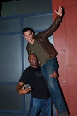 Taylor Lautner پیپر وال entitled Abduction - Behind the Scenes