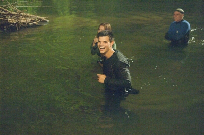 Taylor Lautner fond d'écran possibly containing a business suit called Abduction - Behind the Scenes
