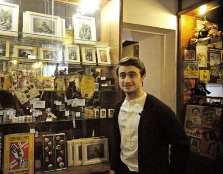 Daniel Radcliffe wolpeyper with a tindahan ng diyaryo called Bulgakov Museum - Moscow - February 16, 2012