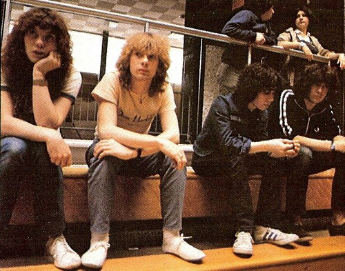 Def Leppard fond d'écran probably with a sign and a packing box called Def Leppard