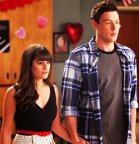 Finn & Rachel پیپر وال probably containing a top, a jersey, and a sign entitled Finn and Rachel <3