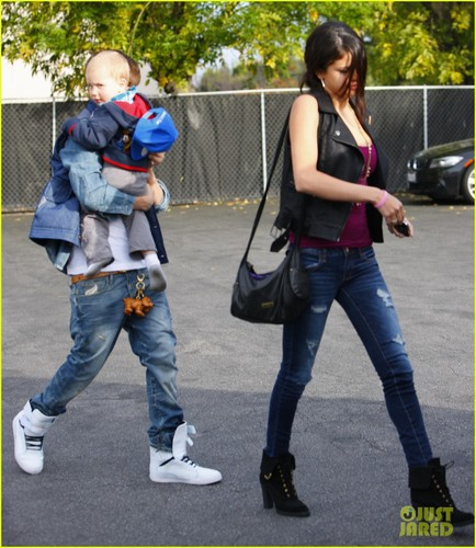 Justin Bieber and Selena Gomez wallpaper possibly containing long trousers, a pantleg, and a hip boot titled Justin Bieber & Selena Gomez: Benihana Buddies