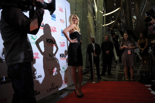 "Kate Upton - ""Sports Illustrated"" on Location hosted por HAZE - (15.02.2012)"