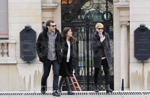 Michelle Williams walking through Paris - (16.02.2012)