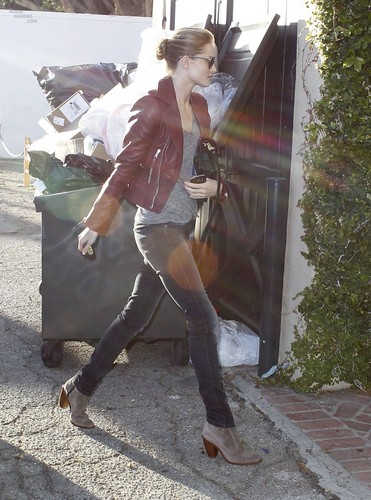 Rosie Huntington-Whiteley Goes Stealth To A Beauty Salon in LA – Feb. 16th, 2012