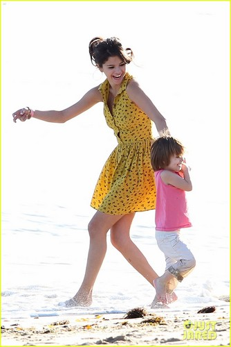 Selena Gomez Hits the pantai With Justin Bieber's Family
