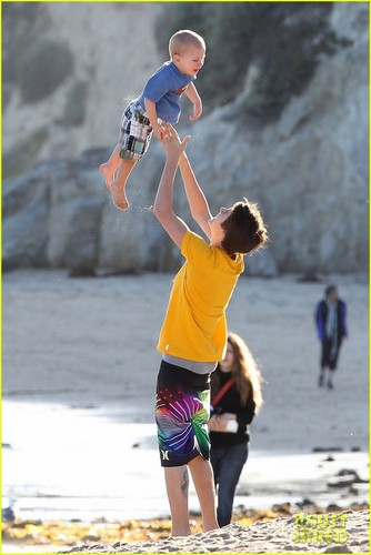 Justin Bieber and Selena Gomez wallpaper called Selena Gomez Hits the Beach With Justin Bieber's Family