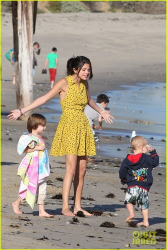 Selena Gomez Hits the пляж, пляжный With Justin Bieber's Family