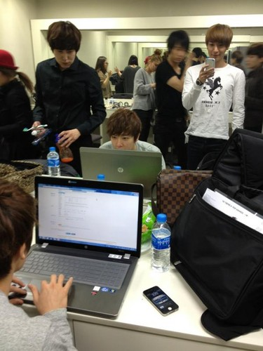 120222 Leeteuk Twitter update:Kyuhyun is brushing his teeth
