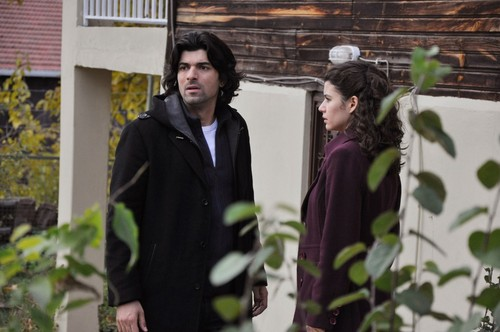 Fatmagül'ün Suçu Ne wallpaper probably with a business suit and a street called FNS - resimleri