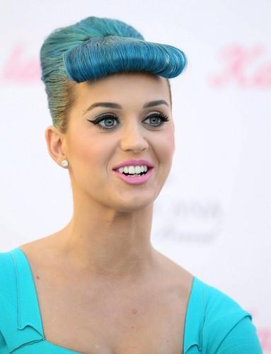 Katy Perry Eyelashes द्वारा Eylure [22 February 2012]