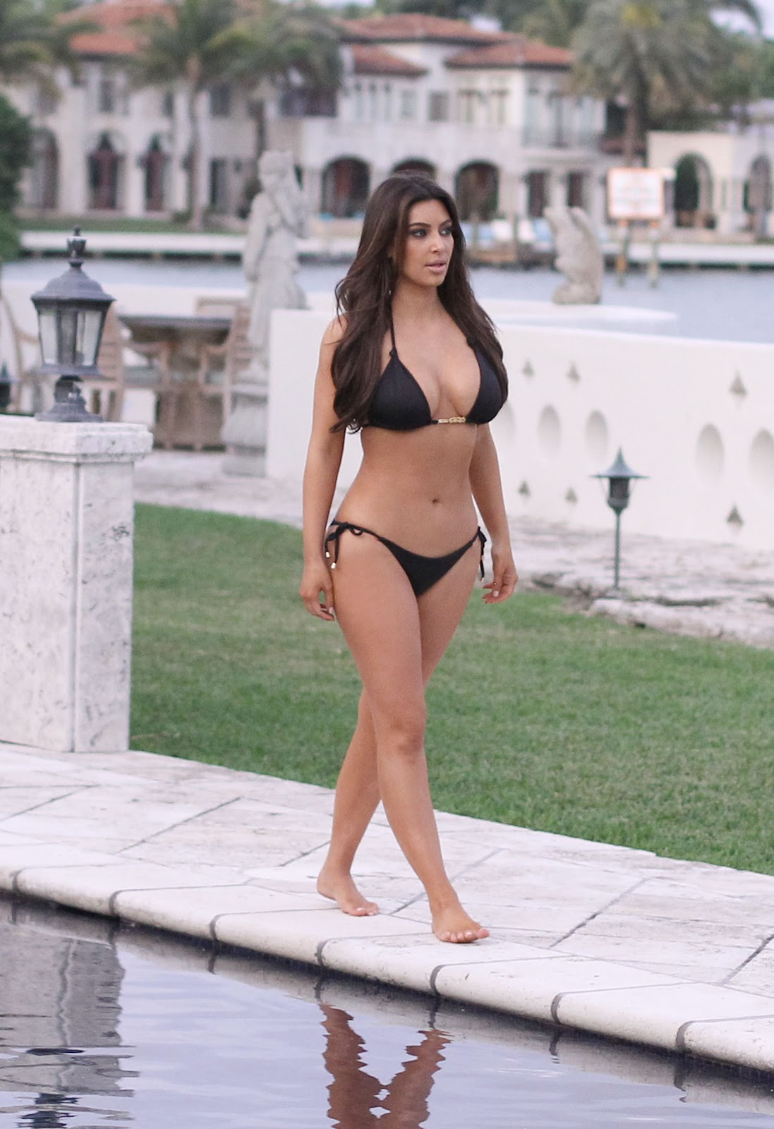 This Kardashian bikini wallpapers advise you