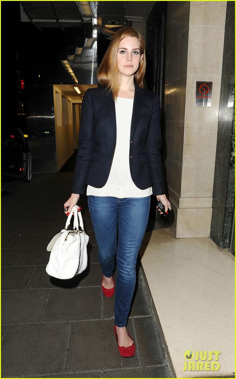 Lana Del Rey: Back to Hotel in London!