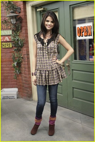 Wizards of Waverly Place wallpaper containing a hip boot titled Les sorciers de waverly place