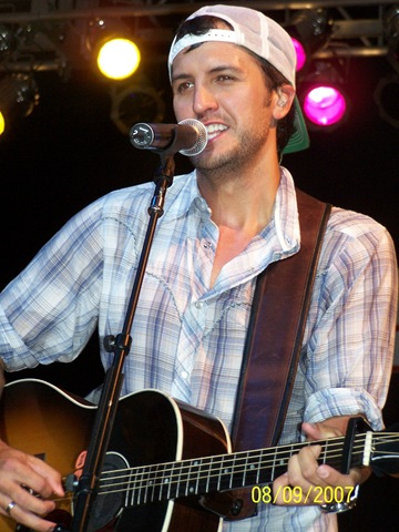 Luke Bryan wallpaper containing a guitarist and a concert titled Luke Bryan
