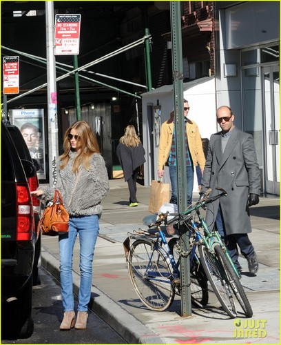 Rosie Huntington-Whiteley: Apartment Hunting in Soho!