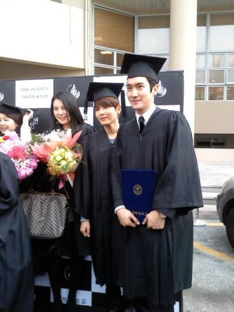 120224 Siwon and Wookie graduated from Inha বিশ্ববিদ্যালয়