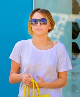 Miley Cyrus karatasi la kupamba ukuta with sunglasses titled 2012 > February > Leaving A Pilates Class In Los Angeles [25th February]