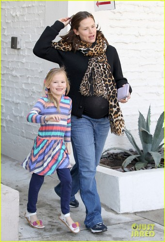 Jennifer Garner & Violet: Mommy-Daughter Salon Visit!
