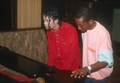 Michael plays the piano. - michael-jackson photo