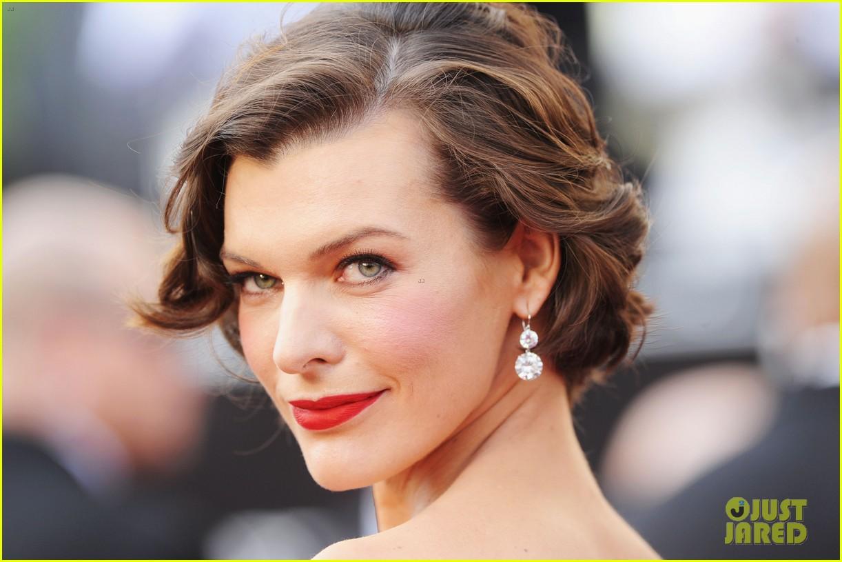 Milla Jovovich - Oscars 2012 Red Carpet